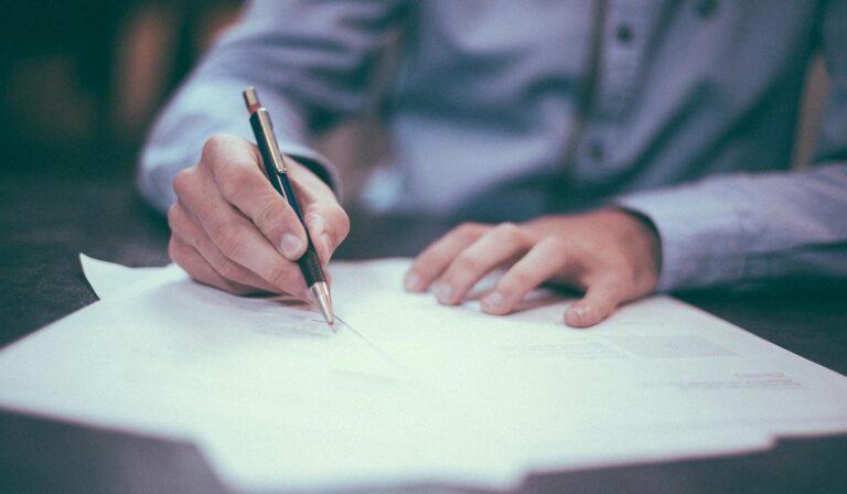 V parlament prinesli pet tisoč podpisov za ukinitev obveznega cepljenja