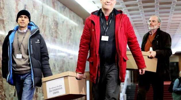 Stranka Za zdravo družbo s 5000 podpisi v DZ vložila novelo za ukinitev obveznega cepljenja